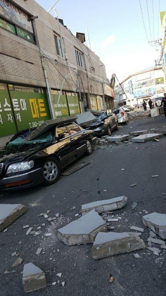 市區有許多掉落物,掉落物及電線桿倒塌壓毀許多車輛,部分公寓居民緊急避險,由於餘震不斷發生,相關單位還在掌握受災情況。(美聯社)