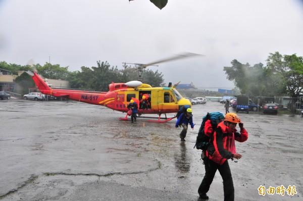 執行北市失蹤消防員李盈勳搜救的山搜人員,連日來幾乎把山區搜遍。(資料照,記者花孟璟攝)
