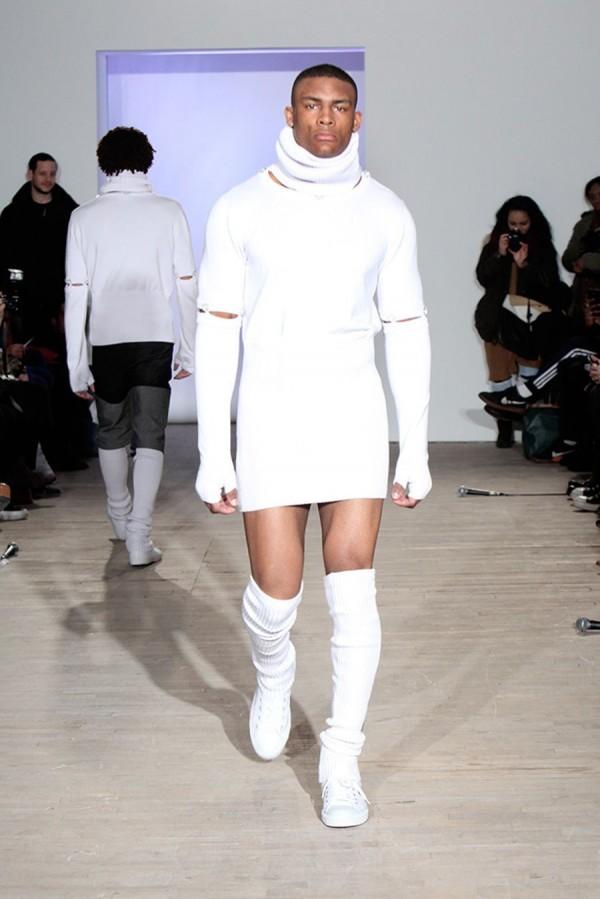 服飾品牌「Telfar」也響應這股「男裙」潮流,設計出一款具有科技感的短裙毛衣。(圖片擷取自網路)