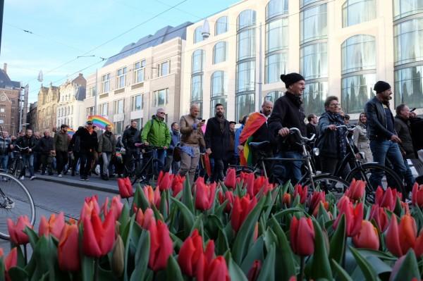 荷蘭民眾響應「牽手照」運動,昨(5)日發起「牽手遊行」,場面相當和平溫馨。(美聯社)