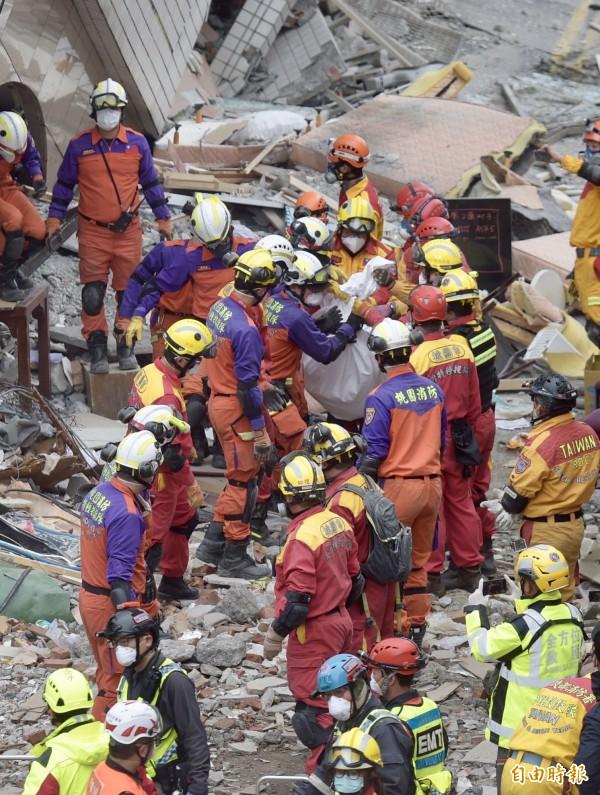 搜救人員9日下午在雲門翠堤大樓找到加國夫婦,經醫師測量無生命跡象,救難人員將遺體運出,送往殯儀館。(記者黃耀徵攝)