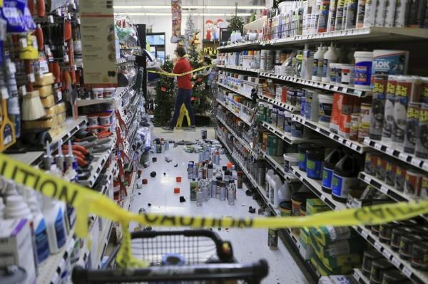超市商品散落一片狼藉。(美聯社)