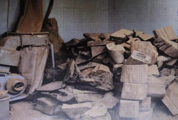 檢方從供貨商庫房查獲大批牛樟椴木。(記者李立法翻攝)