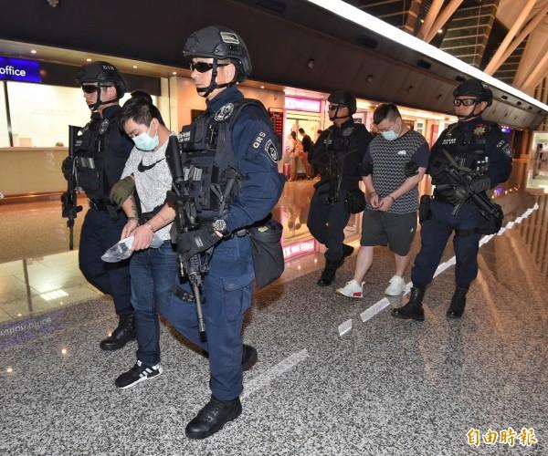 竹聯幫走私109槍枝案,警方今早攻堅再逮2男女共犯。圖為竹聯幫走私槍械嫌犯遭押解回台。(資料照)
