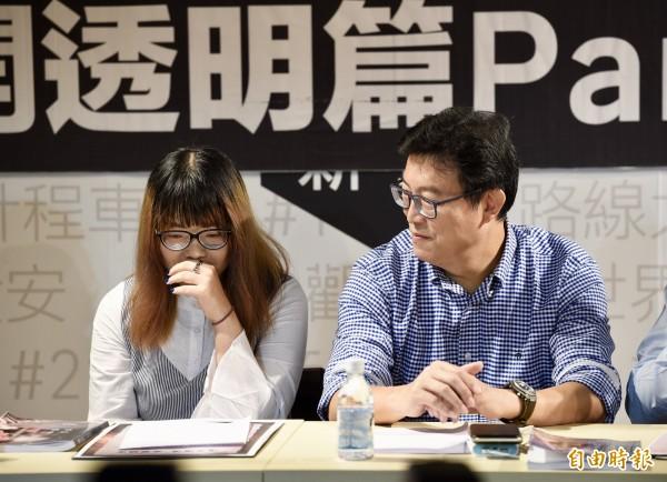 民進黨台北市長參選人姚文智(右)7日上午陪同第二波發問青年潘袁詩羽(左)召開「阿北,請告訴我真相!公開透明篇Part2」。(資料照)