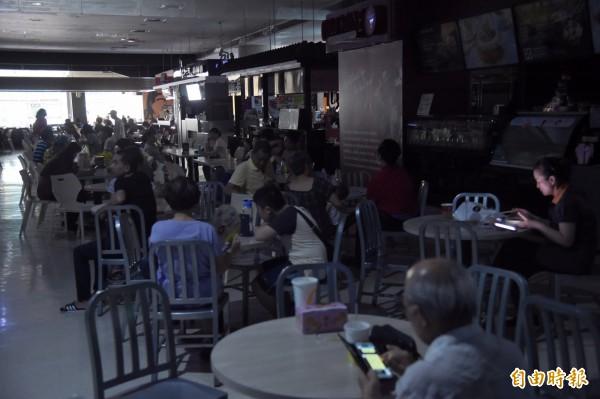 顧客在用餐區等待復電、迴轉壽司店因跳電推買一送一活動。(記者黃耀徵攝)