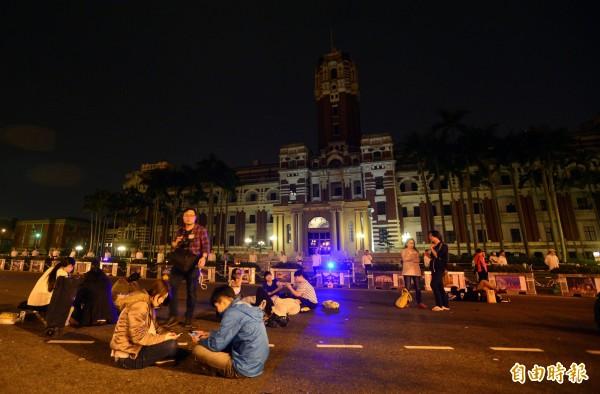 黑色島國青年陣線、民主鬥陣等30多個學生團體成員赴總統府前抗議草率加入亞投行,一日凌晨仍然持續靜坐在總統府前。(記者王藝菘攝)