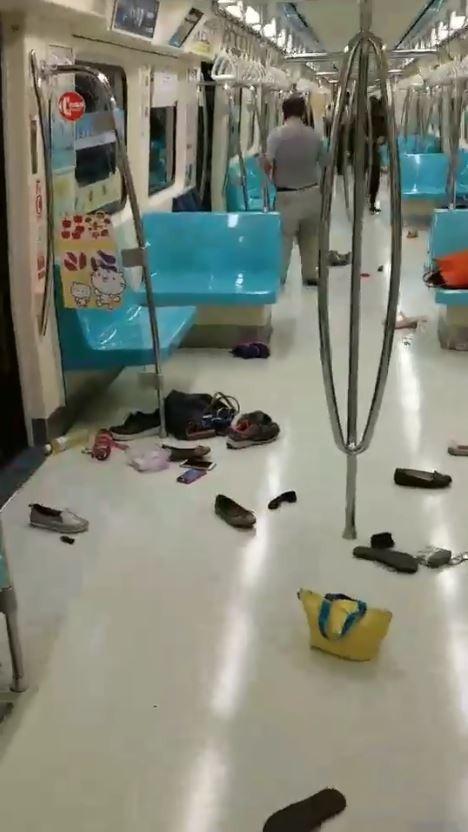 台北捷運4日上午有老鼠逃票搭乘捷運,被女性民眾發現尖叫引發恐慌,700多名乘客以為又有砍人事件,共同在車廂內逃難,過程中遺留許多鞋子、手機、便當、包包等個人物品在車廂內。(圖擷取自爆廢公社)
