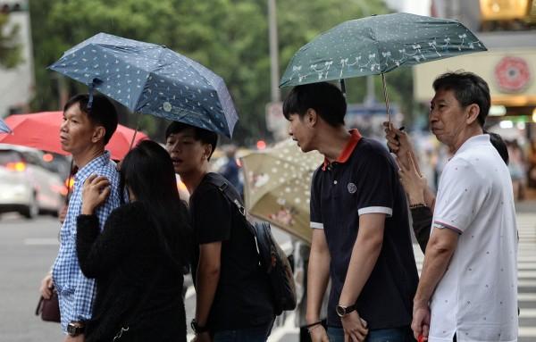 明(9)日微弱鋒面通過,各地都有降雨的可能,高溫都在28度以上。(資料照,記者林正堃攝)