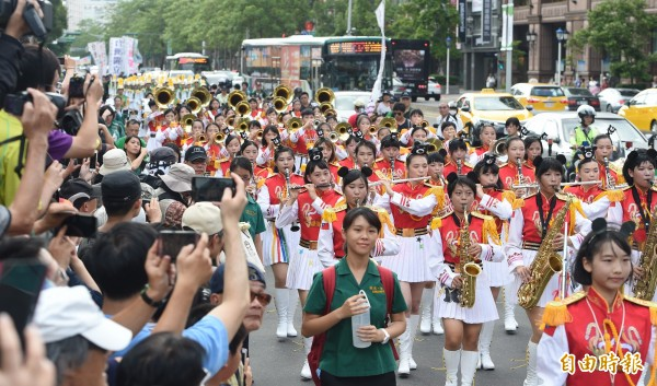 812世大運妝遊嘉年華踩街活動12日在台北東區街頭登場,由北一女樂儀隊率領遊行隊伍出發,沿途吸引民眾注目。(記者廖振輝攝)