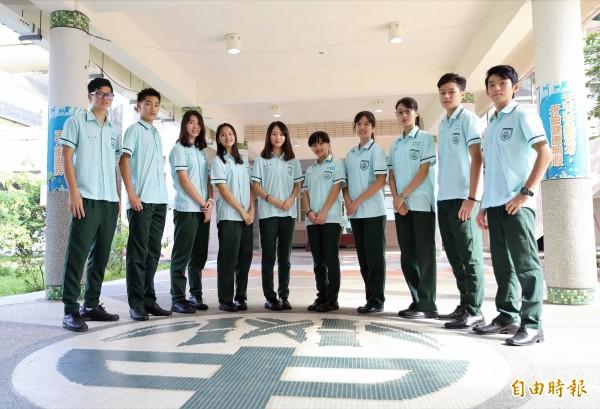 竹崎高中校服左胸口袋繡上與地板圖騰相同的校徽,代表「節節高升」。(記者曾迺強攝)