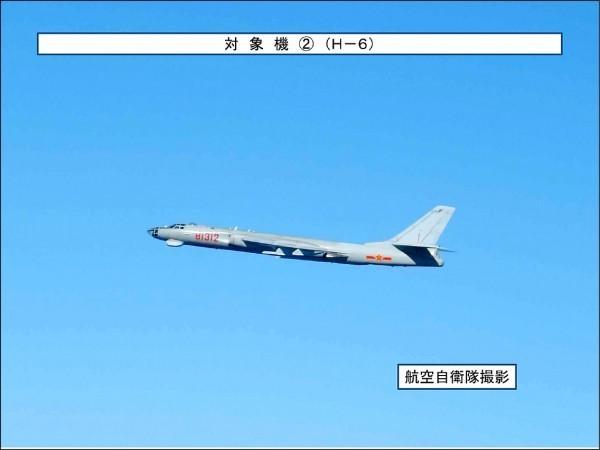 中國轟六戰機昨接近台灣外海。(取自日本防衛省官網)