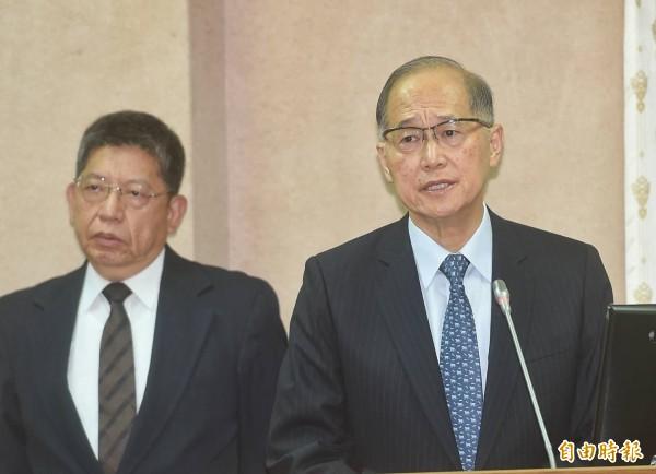 外交部長李大維(右)立法院備詢時,證實台灣「亞東關係協會」正名為「台灣日本關係協會」,將於520前夕、訂於5月17日舉行揭牌儀式。(記者方賓照攝)