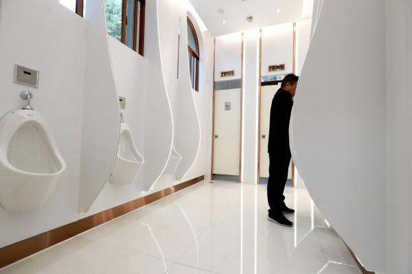 日本政府表示,願意幫中國興建公共廁所,並教導中國人使用廁所。(路透)