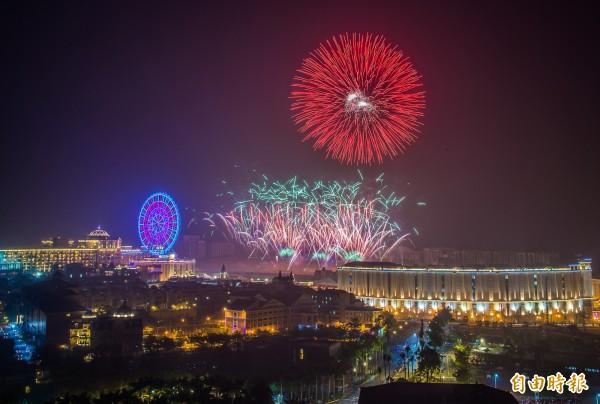 迎接2018年到來,高雄義大世界今晚湧入十萬人前來跨年,於午夜12點,施放全台最長999秒音樂藝術跨年煙火秀。(記者張忠義攝)