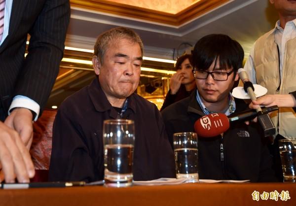 蝶戀花創辦人周比蒼(左)、負責人周繼弘(右)今(17日)在記者會上回應各界疑問。(記者簡榮豐攝)