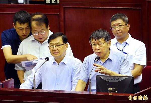 台北市長柯文哲擬將台北市政府5萬人次兼職工釋出,優先給退休公教人員,被質疑選舉搶公教選票,市長柯文哲出席備詢。(記者方賓照攝)