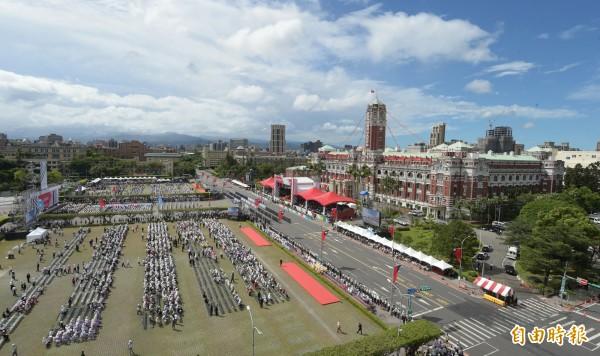 中華民國106年國慶大會10日上午在總統府前舉行。(記者張嘉明攝)