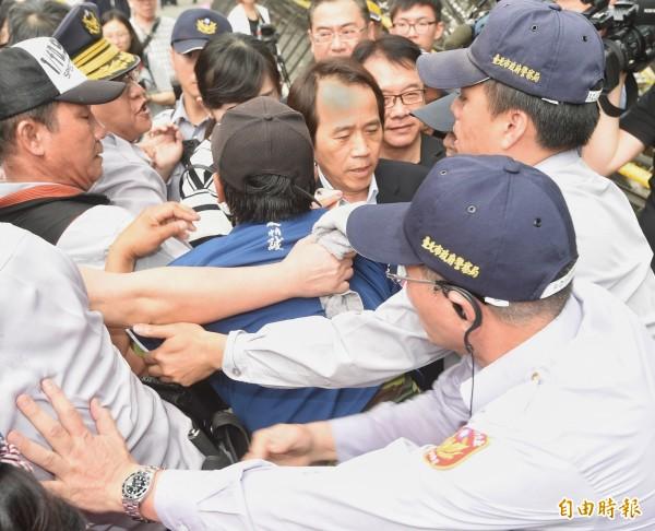 其實不止立委、助理、媒體遭擋,連到立法院開會的台北市副市長林欽榮(圖中)也差點不得其門而入,甚至因為遭推擠,導致手部遭蛇籠劃傷。(記者方賓照攝)