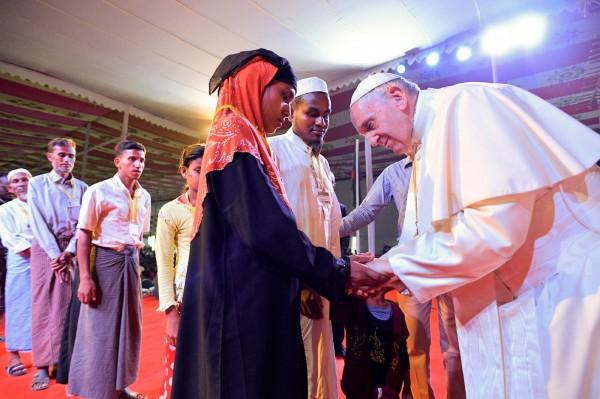 教宗方濟各在孟加拉會見一群來自緬甸的難民時,首度以「羅興雅」一辭稱呼這群無國籍的穆斯林少數族群。但此舉也引來緬甸社群媒體上的一陣批評,許多緬甸網友都覺得教宗在不同地方說不同的話,為人不可信。(路透)