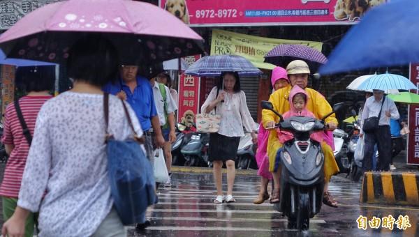 氣象局預報,明後兩天東半部將有豪雨等級以上的致災性降雨發生。(記者劉信德攝)