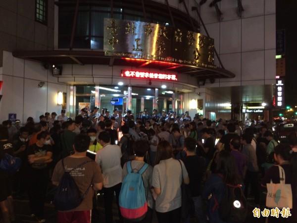 民眾包圍中正一分局,為被捕的Hydis絕食勞工抗議。(記者劉慶侯攝)