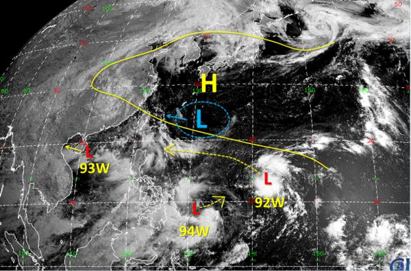 有預報模式指出這台灣南方2個系統未來逐漸整合,最快下週一就會趨向台灣東南方海面到巴士海峽一帶。(圖擷自臉書「天氣職人-吳聖宇」)