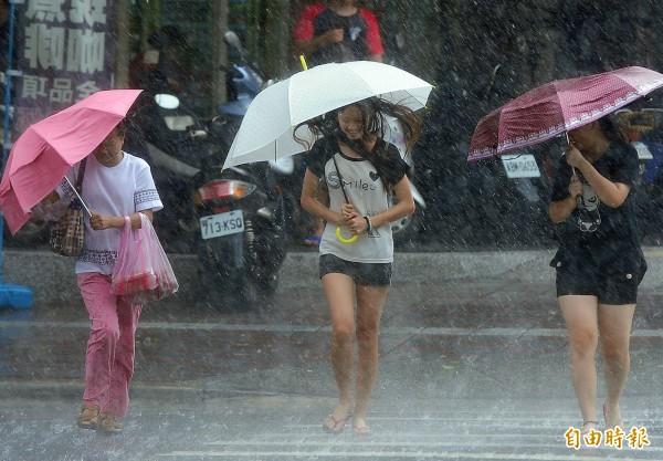 隨著鋒面通過,今(21日)晚至明(22日)晨全台易有雷雨發生,白天過後雨勢就會趨緩,不過行車用路還是要注意安全。(資料照,記者王藝菘攝)