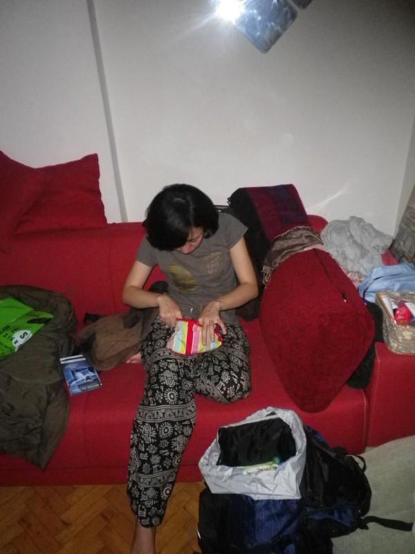 Sunny在沙發上整理自己行囊的實景。(Sunny提供)