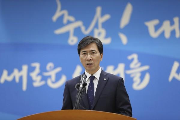 南韓總統接班人安熙正(Ahn Hee-jung)先後被女秘書和女下屬指控多次性侵,他在今(9日)下午當眾表示歉意。 (美聯社)