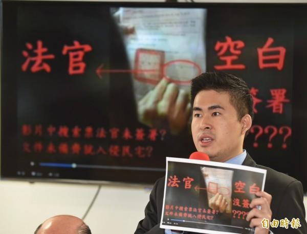新黨青年軍成員王炳忠,否認自己有介紹軍人、調查局、政治外交人物給周認識,反控北檢指控模糊不清。(資料照,記者劉信德攝)