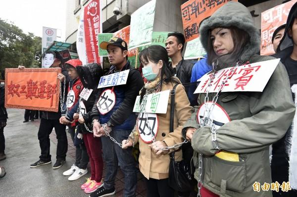 台灣移工聯盟上午舉行「勞動部=奴工販運部」記者會,演出行動劇痛批勞動部拒絕提升印尼家務工勞動條件,反而轉向其他國家洽談輸出勞工到台灣的可能性。(記者陳志曲攝)