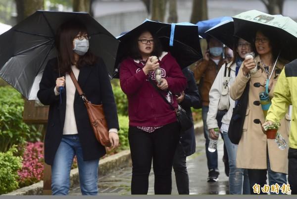 明天北部、東部及東南部地區天氣持續濕涼,提醒民眾外出記得穿暖、帶傘。(資料照)