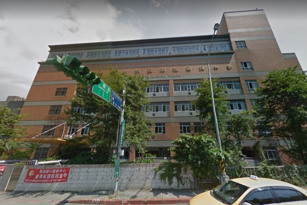 台北市關渡國小今上午驚傳有教室的玻璃上出現6個小彈孔,校方為此趕緊報案,警方到場鑑識並未發現任何子彈,初步懷疑是BB彈。(圖擷取自googlemap)