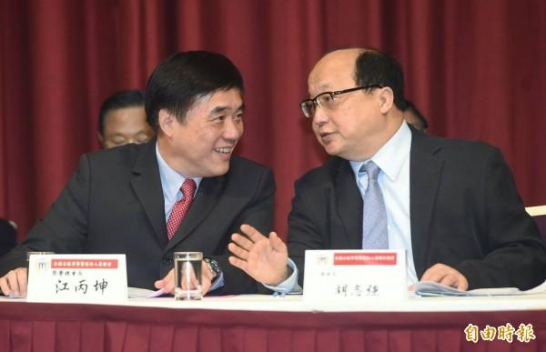 擔任退休軍公教總會會長的胡志強(左),同時也是國民黨主席參選人郝龍斌(右)競選辦公室主委。(記者廖振輝攝)
