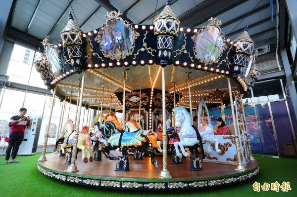 玩樂區的旋轉木馬很受到家長與小朋友的喜愛。(記者李惠洲攝)
