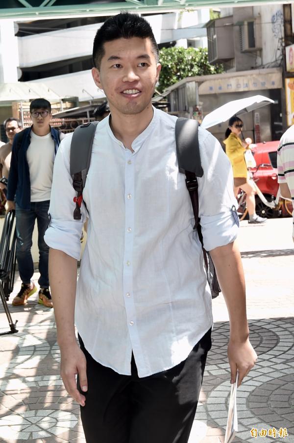 台北市长柯文哲竞选办公室14日海选面试,旅游作家叶士恺参加面试。(记者简荣丰摄)