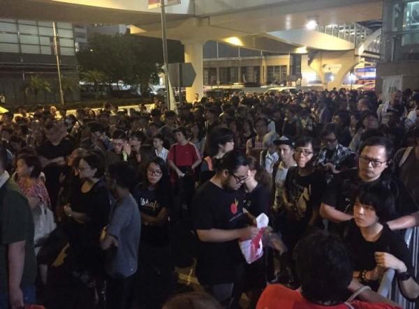 據傳晚間有數百港民到場參與,集會人士高呼「人大釋法可恥」、「我要真普選」等口號。(圖擷自LinePost 線報臉書)