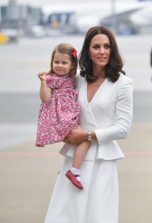 凱特王妃抱著夏綠蒂公主。(歐新社)