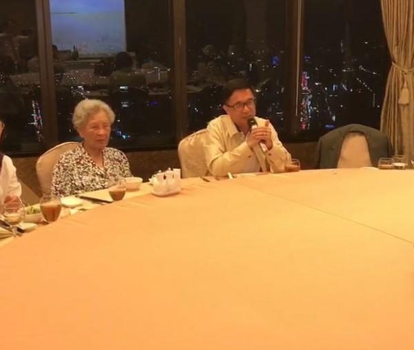 前總統陳水扁日前與親朋好友外出用餐,席間應扁媽要求,演唱客家歌曲《客家本色》。(圖擷取自影片)