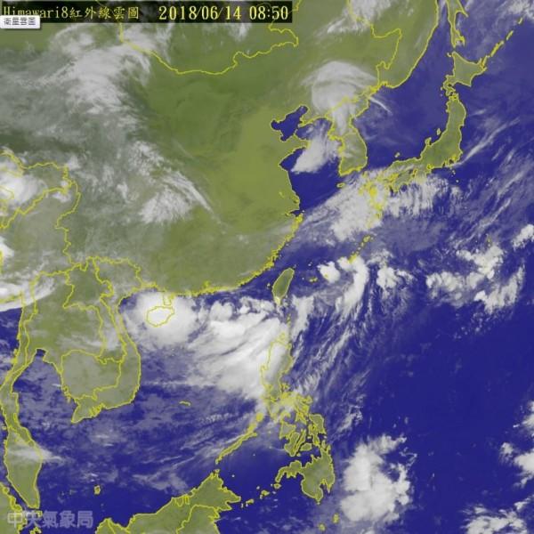 氣象局發布熱帶性低氣壓特報指出,現位於鵝鑾鼻西南西方300公里海面的熱帶低壓很有機會形成颱風。(擷取自中央氣象局)