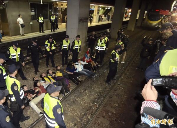 勞團抗議勞基法,8日晚間至台北車站臥軌抗議,癱瘓進站列車,並與警方爆發衝突。(資料照,記者黃耀徵攝)