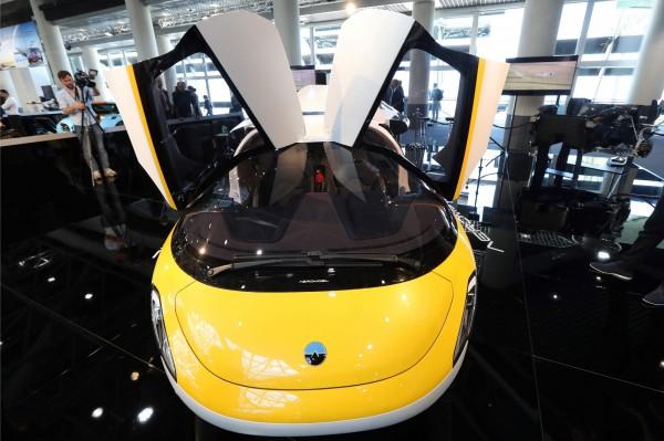 這輛車的定價約在120萬到150萬歐元間(約新台幣3900萬到4950萬),且車主必須同時擁有飛機以及汽車駕照。(法新社)