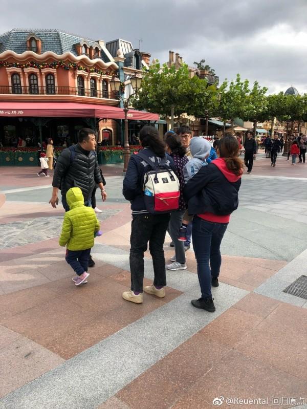 上海迪士尼員工提醒不要拉扯卡通人偶「布魯托」的鬍鬚,卻被女遊客(著紅帽T者)破口大罵,一旁的男遊客(左黑衣者)直接上前動手打人。(圖取自微博)