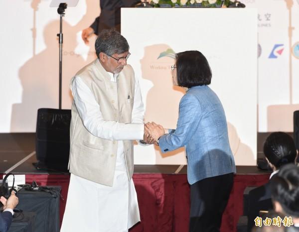2014年诺贝尔和平奖得主沙提雅提(Kailash Satyarthi)(左)与蔡总统相见欢。(记者方宾照摄)