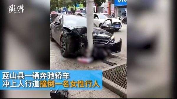 一名女路人受到猛烈的撞擊,送醫後仍不治身亡。(圖擷取自中國《澎湃新聞》)