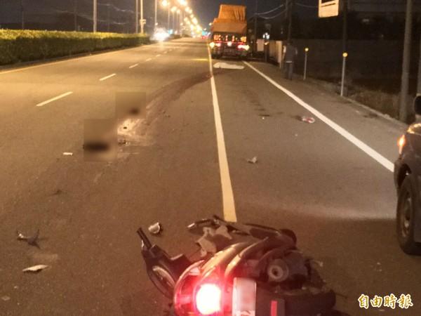 機車騎士遭連結車輾斃。(記者黃淑莉攝)