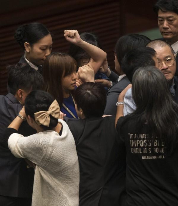 事後梁頌恆在臉書貼出助理受傷的照片,指多位議員助理也在過程中被打傷,且游蕙禎也被多次襲胸。(歐新社)