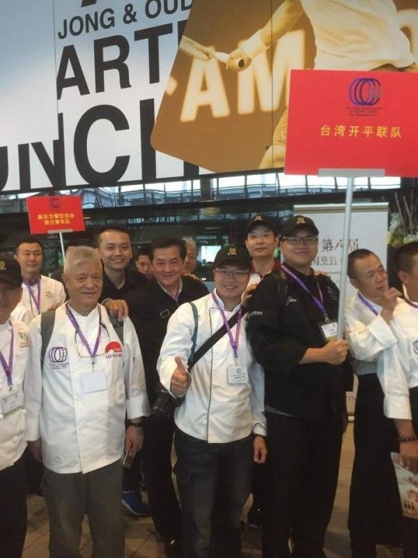 圖為由開平餐飲學校與台灣廚師聯盟組成聯隊的台灣隊,奪下3金1銀、團體金牌的好成績。(圖擷自《開平餐飲學校》臉書)