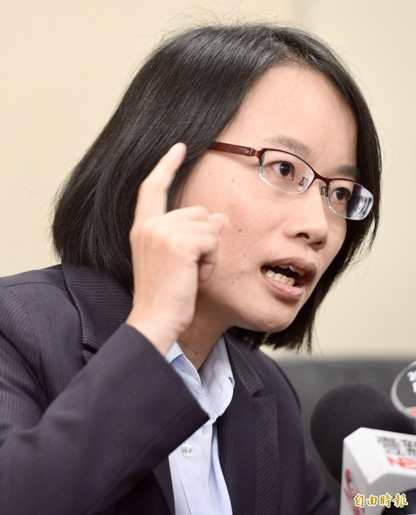 吳音寧今午召開記者會說明送菜風波。(記者羅沛德攝)